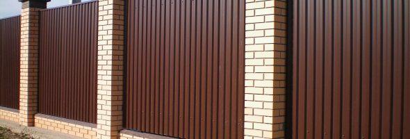 Забор, сделанный из профнастила