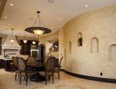 кухня, стены в которой отделаны декоративной штукатуркой