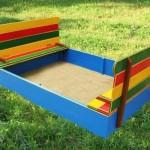 Песочница с цветной скамеечкой