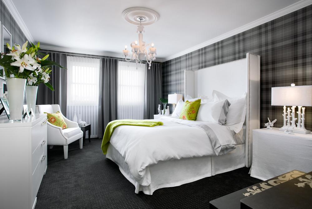интерьер спальни обои зеленого цвета мебель темносерого белье