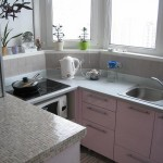 розовый кухонный гарнитур на балконе