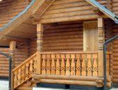 Деревянный дом с крыльцом