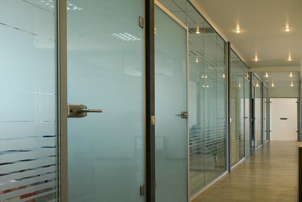 Установка стеклянных дверей и перегородок-быстро и доступно