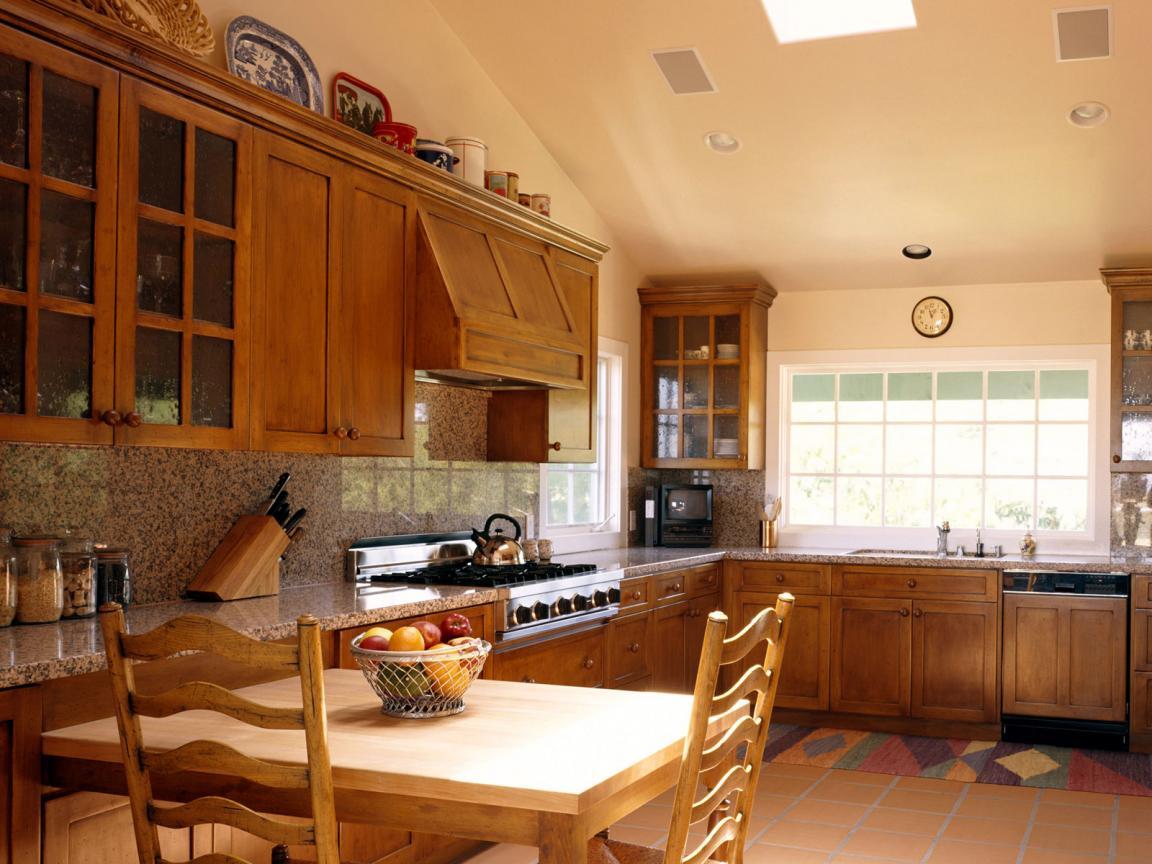 Отделка и дизайн интерьера кухни в доме из бруса