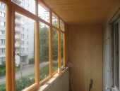 Остекляем балкон деревом: достоинства и недостатки