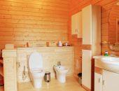 Обустройство туалета в деревянном доме из бруса