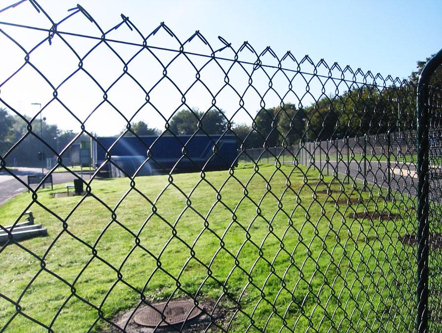 Делаем забор из сетки рабицы своими руками