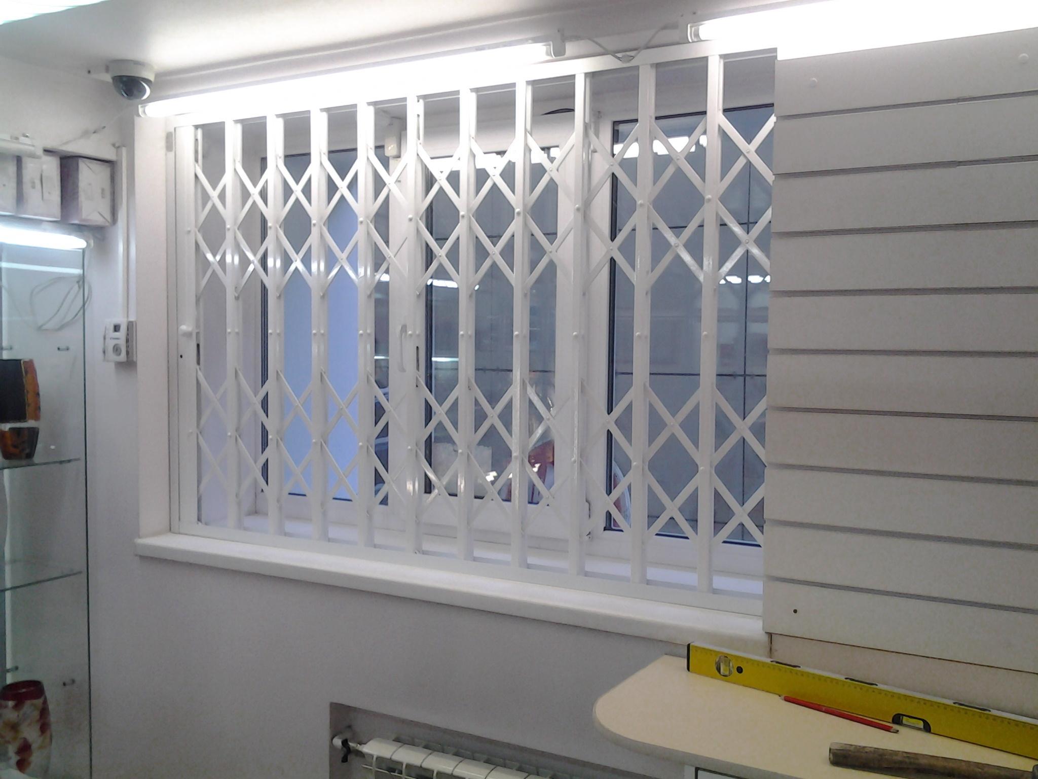 Установка защитных раздвижных решеток на окна двери балкон в.