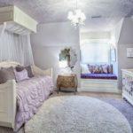 Спальня в сиреневых тонах с диваном и балдахином над ним