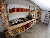 Полки с консервацией в подвале