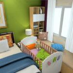 Детская кроватка в спальне, со стенами, оформленными в зелёных тонах