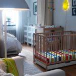 Пеленальный столик и детская кроватка с ящиком для игрушек в спальне