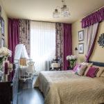 Детская колыбелька в интерьере спальни в фиолетовых тонах