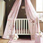 Розовая кроватка в контрастной комнате