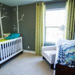 Комната для новорождённого с рисунком на стене