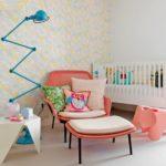 Белая комната с розовым креслом для кормления