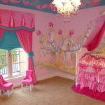 Яркая розовая комната