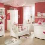 Яркая комната для новорождённой девочки