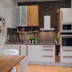 Кухня в скандинавском стиле с коричневым фартуком