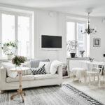 Белая квартира с черными акцентами в интерьере