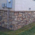 Цоколь дома, облицованный бутовым камнем