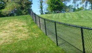 Черный забор из сетки-рабицы