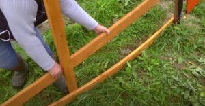 Забор деревянный горизонтальный плетеный